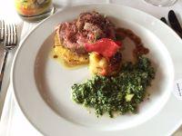 Sherrytomatensalat an kandierter Orangenschale mit Zucchini-Pest, andalusischem Kartoffelpüree