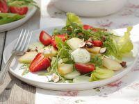 Sommerlicher Salat mit Erdbeeren, Gurken, Nüssen und geräuchertem Schafskäse Rezept