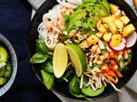 Sommerrollen-Bowl mit asiatischem Gurkensalat