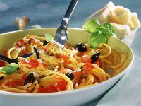 Spaghetti mit Tomaten, Oliven und Kapern