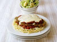 Spaghetti mit Tomatensoße und Käse-Hähnchen