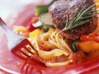 Spaghetti mit Zucchini und Steak