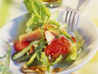 Spargelsalat mit Erdbeeren, geräucherter Forelle und Mandeln Rezept