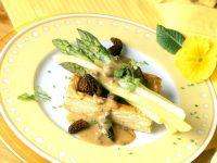 Spargelstanden mit Morcheln und Blätterteigkissen Rezept