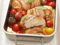 Speckhähnchen gefüllt mit Mozzarella dazu Cherrytomaten Rezept