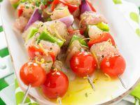 Spieße mit Hähnchen, roten Zwiebeln und Kirschtomaten Rezept