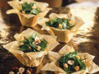Spinat-Haselnuss-Salat mit Croutons im Filokörbchen Rezept