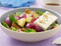 Spinatsalat mit gebratenem Kürbis, Zwiebeln und Schafskäse Rezept