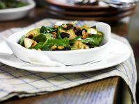 Spinatsalat mit gebratenen Äpfeln und Pinienkernen
