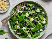 Spinatsalat mit Heidelbeeren, Mandeln und Feta Rezept