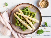 Spinatwaffeln mit Spargel-Topping Rezept