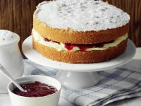 Sponge Cake mit Himbeerkonfitüre Rezept