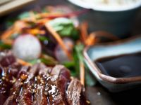 Steak in Teriyaki-Sauce mit Udon und Dashibrühe Rezept