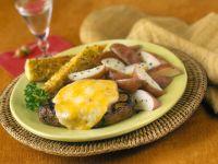 Steak mit Käse und Kartoffeln