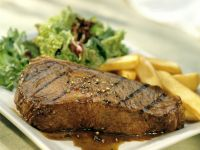 Steak mit Kartoffelsticks und grünem Salat