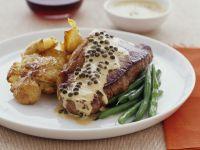 Steak mit Pfeffersoße, Bratkartoffeln und Bohnen Rezept