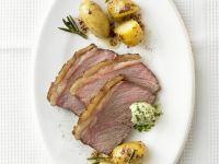 Steak mit würzigen Kartoffeln und Kräuterbutter Rezept