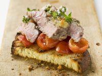 Steak-Streifen auf Tomatenröstbrot Rezept