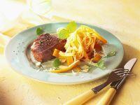 Steaks mit Möhren-Nudeln Rezept