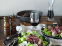 Steakstreifen auf gemischtem Salat Rezept