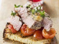 Steakstreifen mit Tomaten auf Röstbrot Rezept