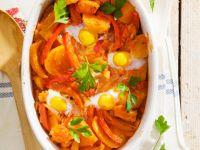 Stockfisch mit Gemüse und Eiern um Ofen gebacken Rezept