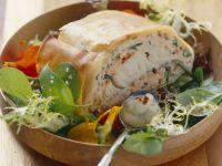 Strudel mit Fischfüllung auf Salat mit Honig-Senf-Dressing Rezept