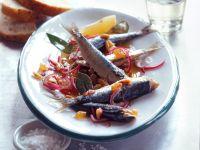 Süß-sauer marinierte Sardinen mit roten Zwiebeln Rezept