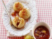 Süße Knödel mit Mirabellen-Beeren-Marmelade Rezept