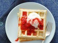 Süße Waffeln mit Erdbeersauce Rezept