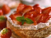 Süßes Brötchen mit Stracciatella-Creme und Erdbeeren Rezept