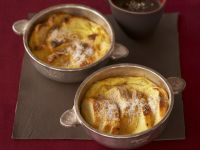 Süßes Brotgratin mit Rotwein-Schoko-Soße Rezept