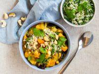 Süßkartoffel-Auberginen-Curry mit Reis-Kräuter-Topping Rezept