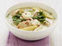 Suppe mit Reisnudeln, Hähnchen, Mini-Mais und Koriander Rezept