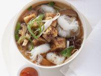 Suppe mit Reisnudeln und Schmor-Tofu Rezept