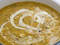 Suppe vom Butternut-Kürbis mit Mandeln