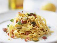 Tagliatelle mit Pancetta und Kapern