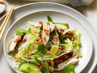 Thailändischer Salat mit Hühnchen