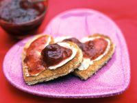 Toast mit Erdbeerkonfitüre in Herzform