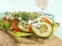 Tomaten-Brot mit Gurke und Kresse Rezept