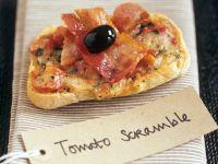 Tomaten-Käse-Toast mit Speck und Olive Rezept