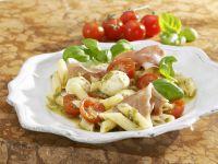 Tomaten-Nudelsalat mit Mozzarella, Rohschinken und Pesto Rezept