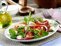 Tomaten-Paprikasalat mit Schafskäse