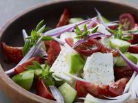 Tomaten-Schafskäse-Salat mit Gurken Rezept