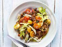 Tomaten-Sellerie-Salat mit Nüssen und Rosinen Rezept