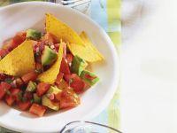 Tomatensalat mit Avocado und Nachos Rezept