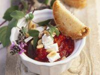 Tomatensoße mit Basilikum, Pinienkernen und Ziegenkäse Rezept