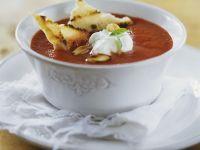 Tomatensuppe mit Schmand und Röstbrot Rezept