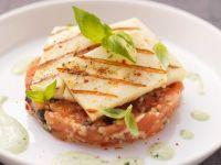 Tomatentartar mti Oliven und Grillkäse Rezept