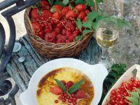 Topfengratin mit roten Beeren